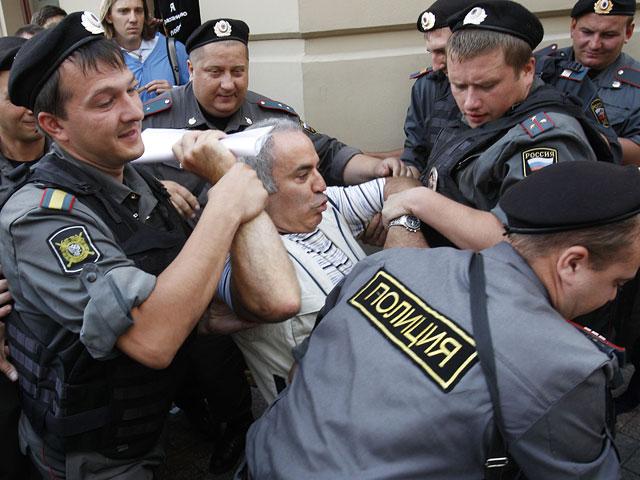 http://www.pogonina.com/images//kasparov-police.jpg