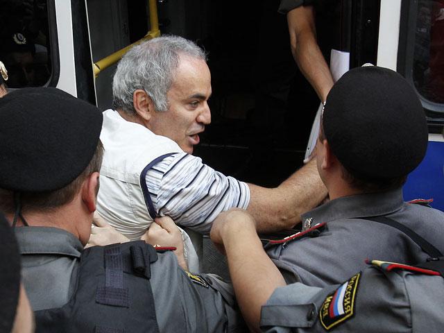 http://www.pogonina.com/images//kasparov-police2.jpg